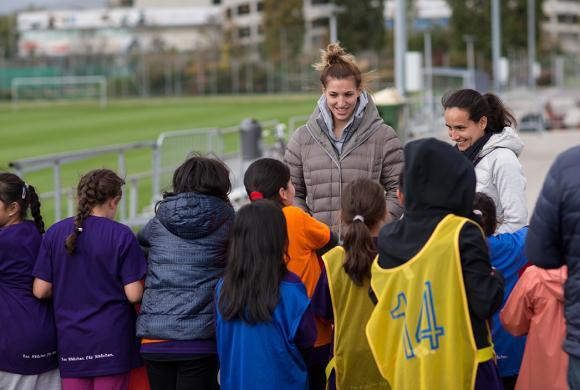 Lisa Makas (ÖFB Teamspielerin) und Irene Fuhrmann (ÖFB Nationalteam Assitenz Trainerin) besuchen die kick mit Mädchen