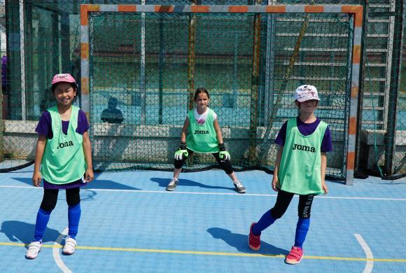 Mädchen beschützen das Tor
