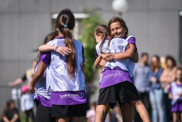 Mädchen umarmen sich