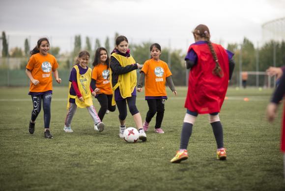 6 Mädchen spielen Fußball