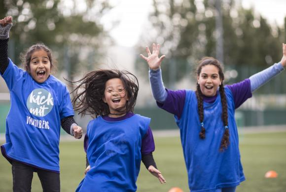 drei Mädchen springen und jubeln