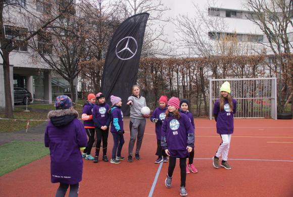 Teilnehmerinnen warten auf die Anweisung der Trainerin