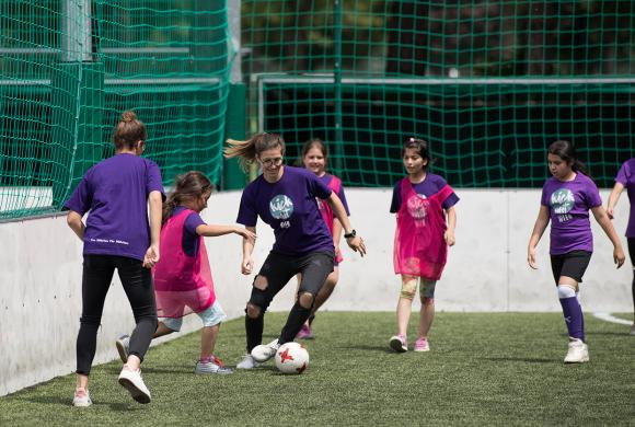 ÖFB-Teamspielerin kickt mit Mädchen
