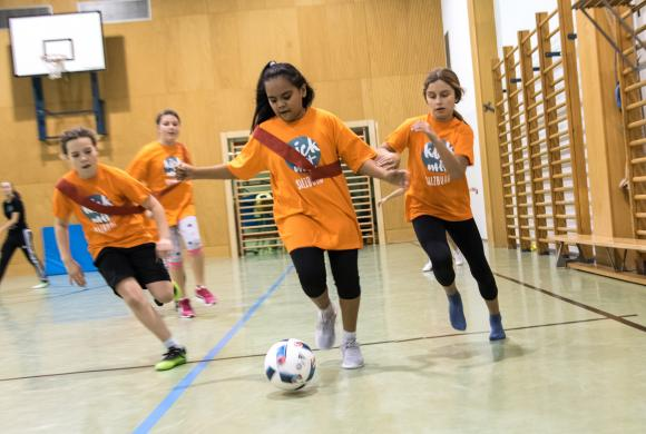 Mädchen spielen Fußball