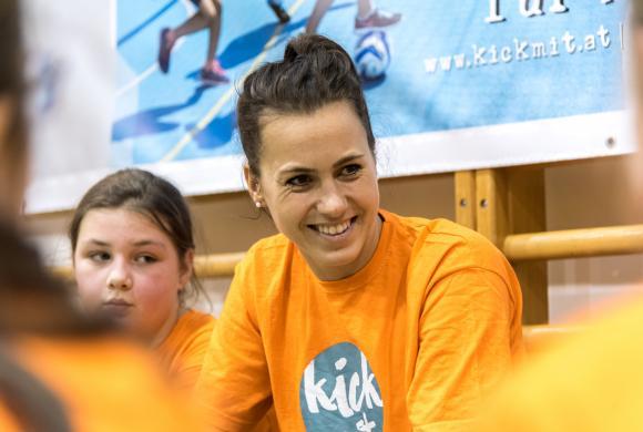 Viktoria Schnaderbeck (ÖFB Teamspielerin) gibt Tipps an die Mädchen weiter