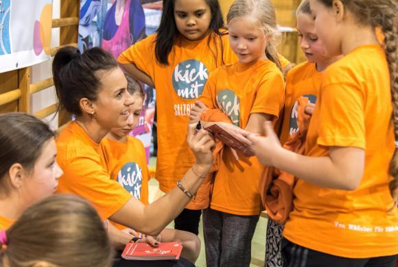 Viktoria Schnaderbeck (ÖFB Teamspielerin) gibt Tipps an die Mädchen