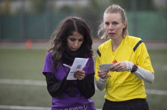 Schiedsrichterin gibt Informationen an Assistentin weiter