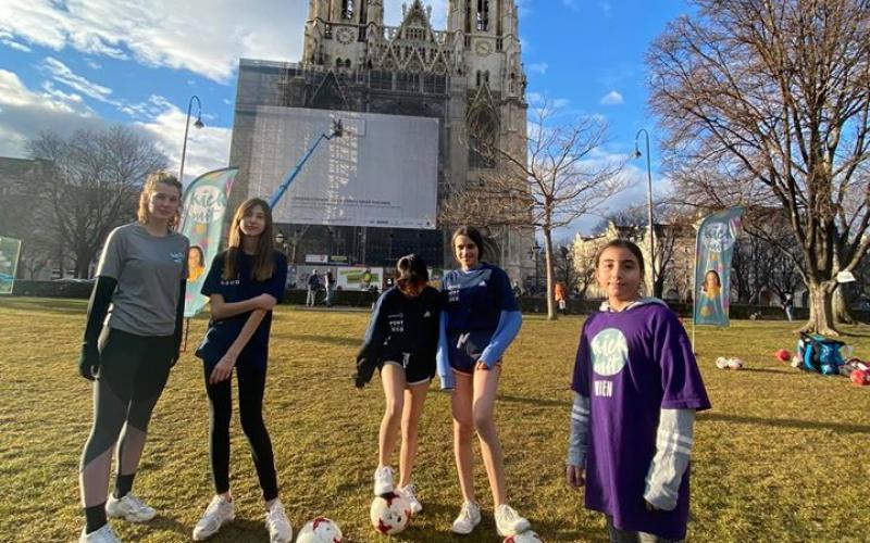 kick mit Teilnehmerinnen vor der Votivkirche